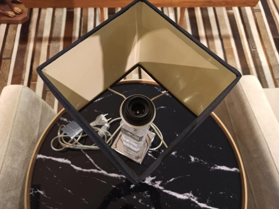 Abajur de mesa resina cúpula preta