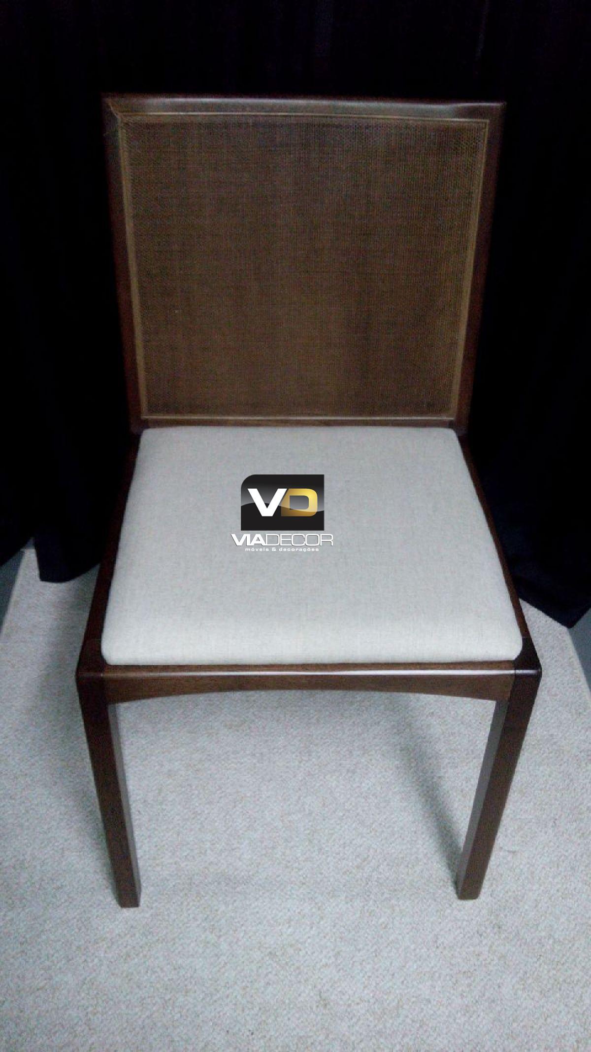 Cadeira em tela marrom assento tecido