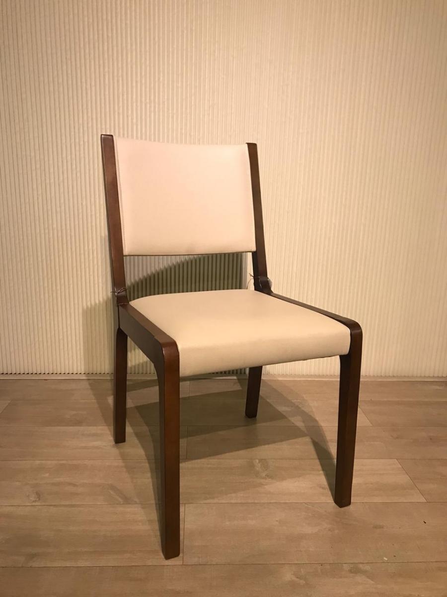 Cadeira madeira assento e encosto bege